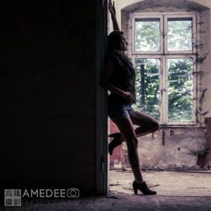 Magdalena在波蘭一處小鎮的廢墟裡,側對著鏡頭伸展賣弄身姿,拍攝人像照