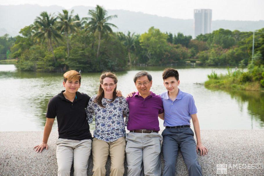 河邊拍攝全家福照