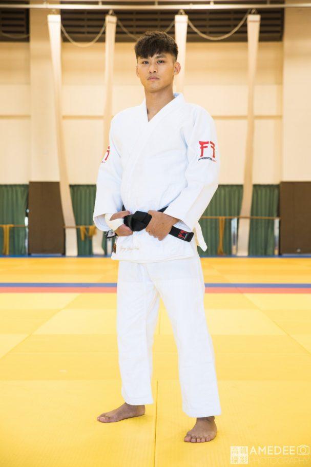 柔道選手示範穿著柔道服