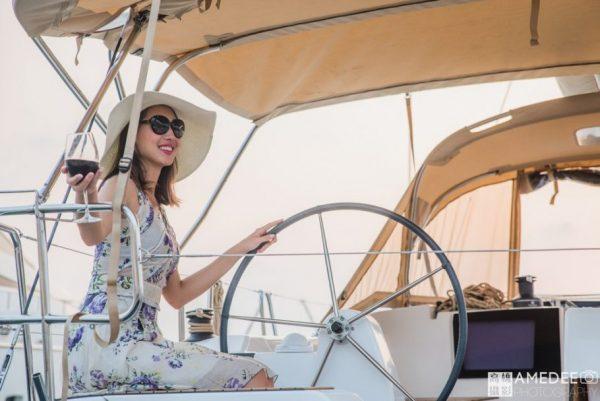 在遊艇上喝紅酒的女模