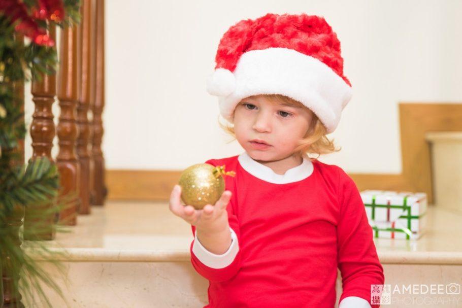 小朋友拿著聖誕樹裝飾