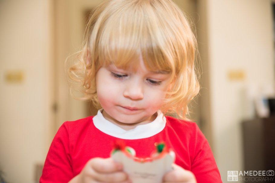 小朋友看著聖誕裝飾