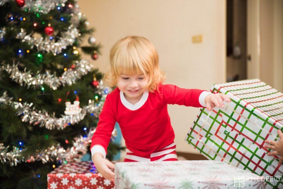 小朋友開心地翻聖誕節禮物