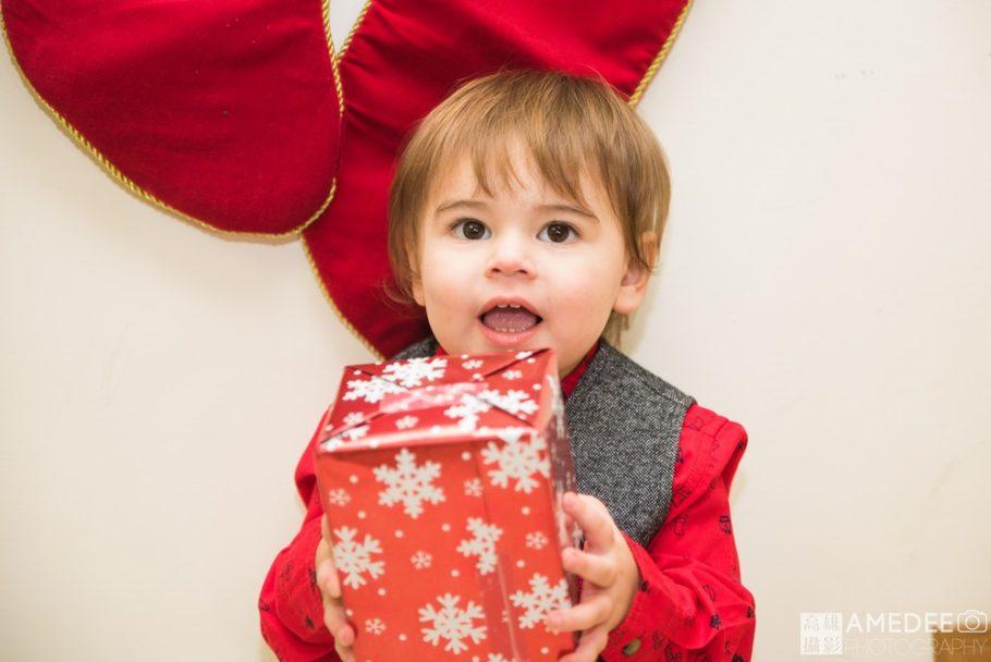 小朋友拿著聖誕節禮物