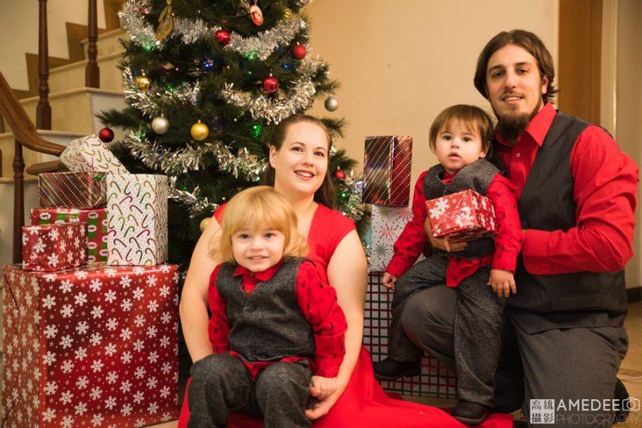 一家人坐在樓梯口與聖誕樹合照