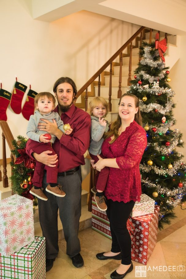 全家人在聖誕樹前合照
