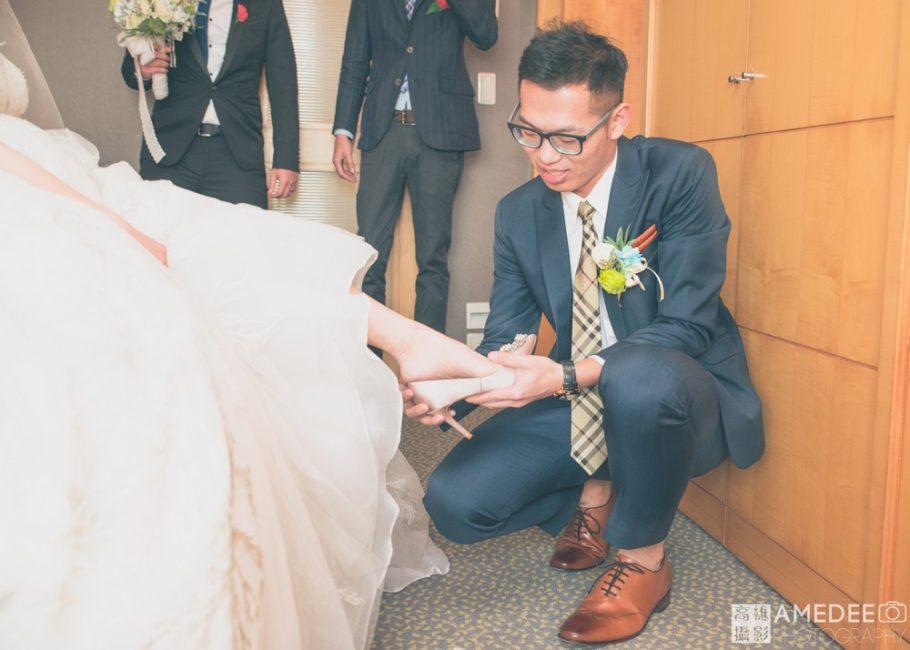 新郎為新娘穿鞋