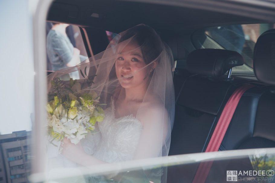新娘坐在迎娶車內