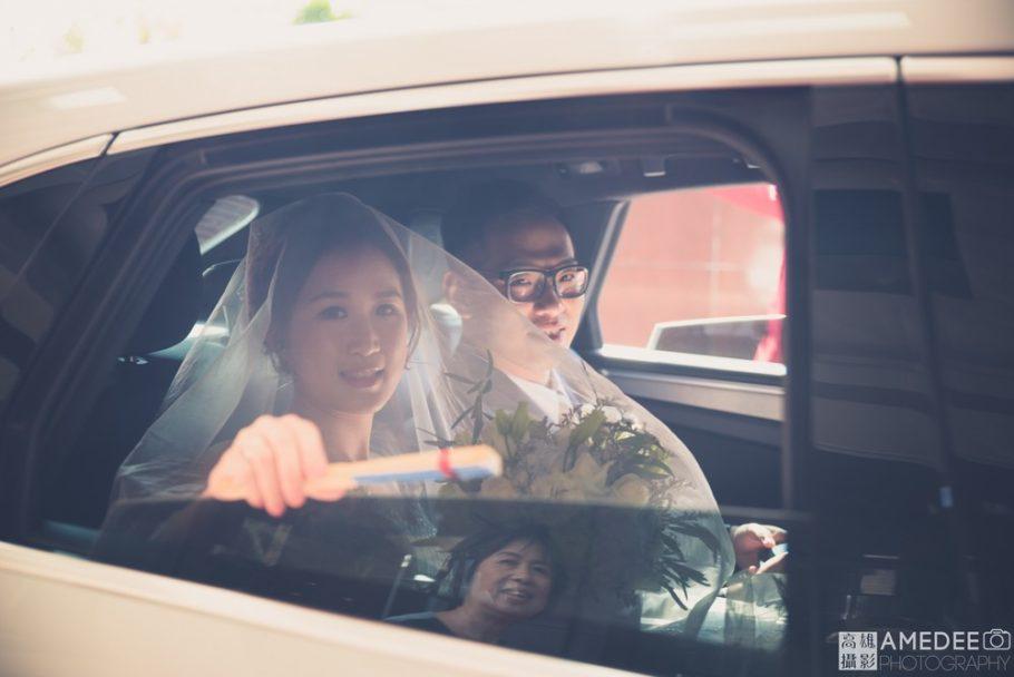 新人在迎娶車上