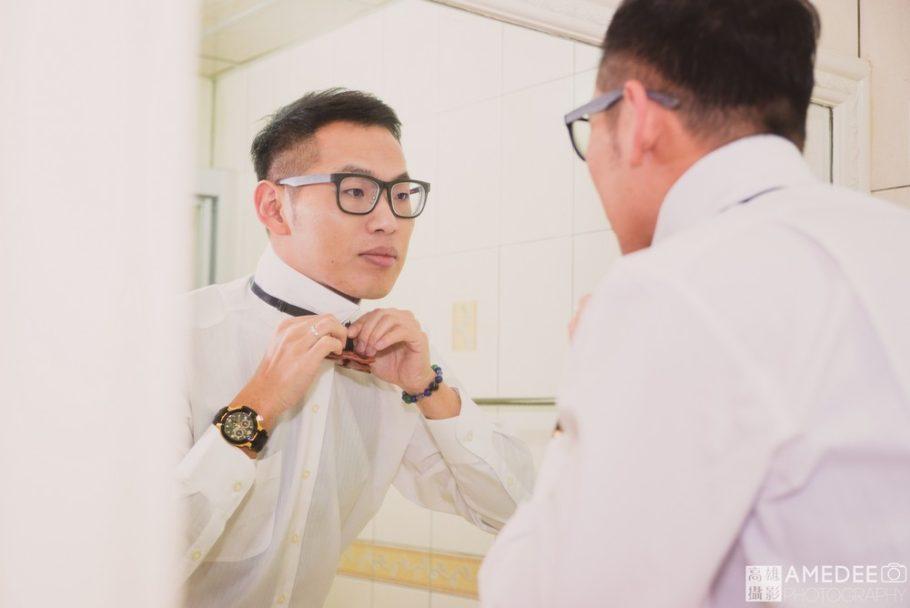 新郎在鏡子前面整理儀容