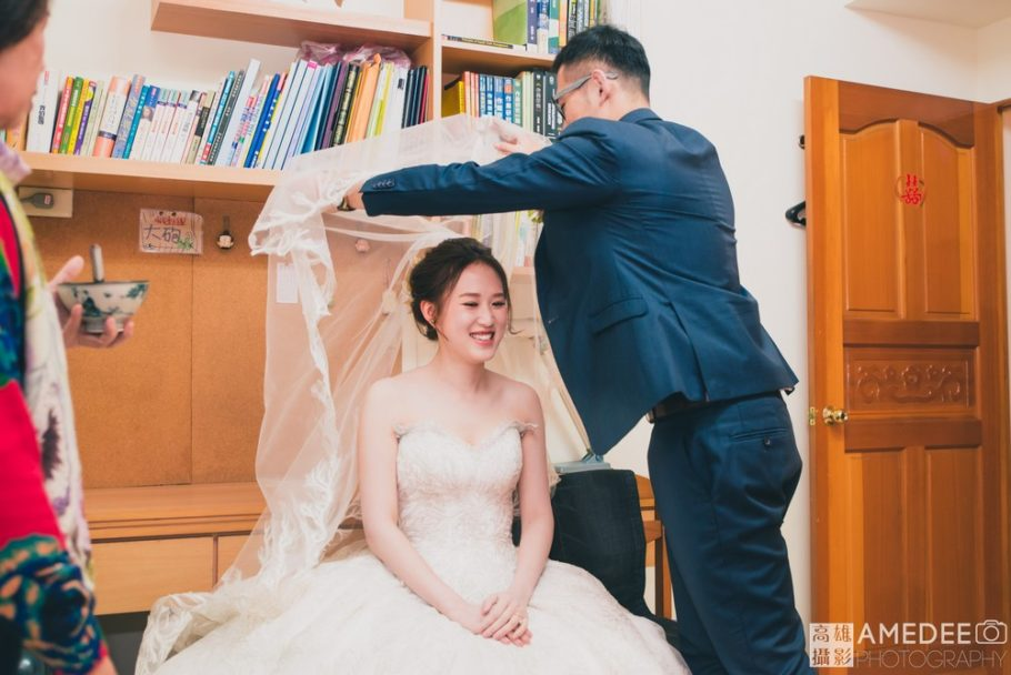 新郎為新娘掀頭紗