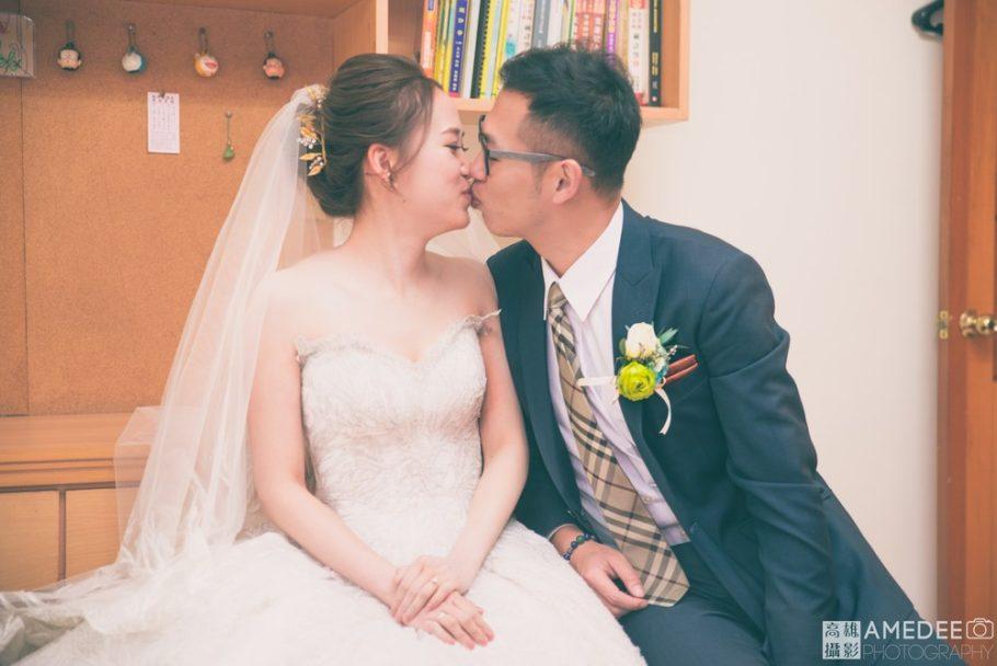 新人親吻對方