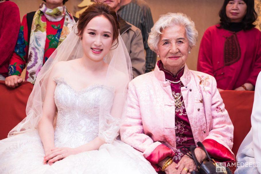 新娘與新郎奶奶拍攝合照