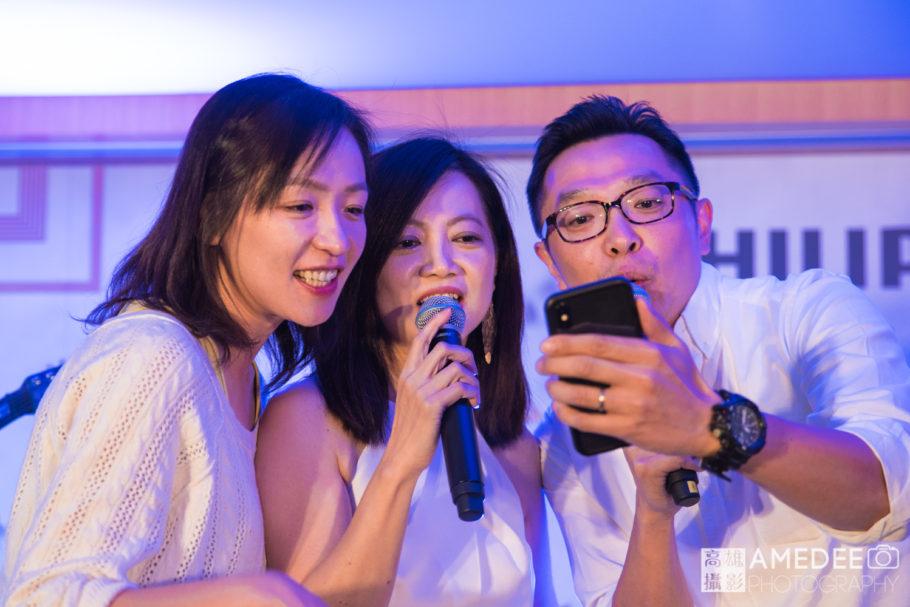 員工台上唱歌表演