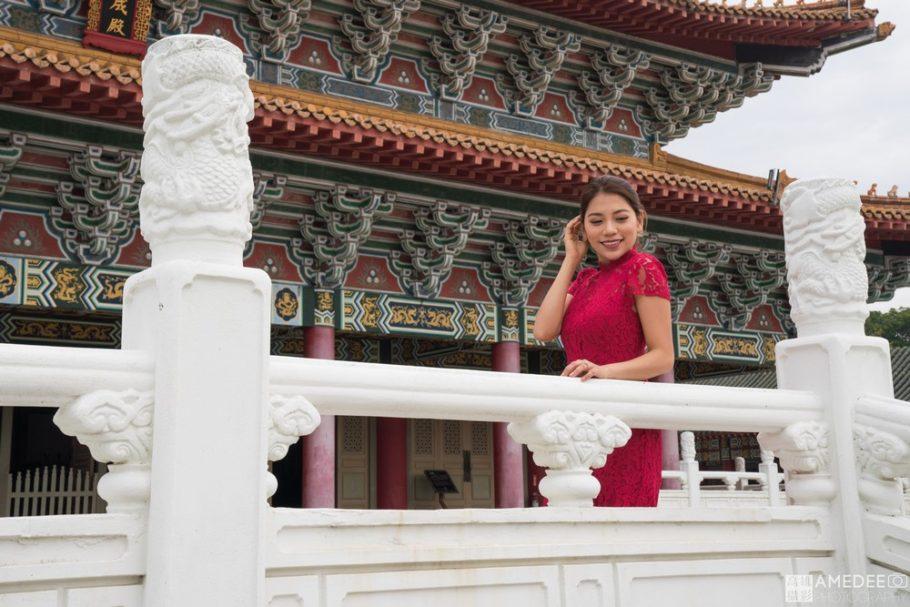 Cynthia穿著紅色旗袍在孔廟前的人像擺拍