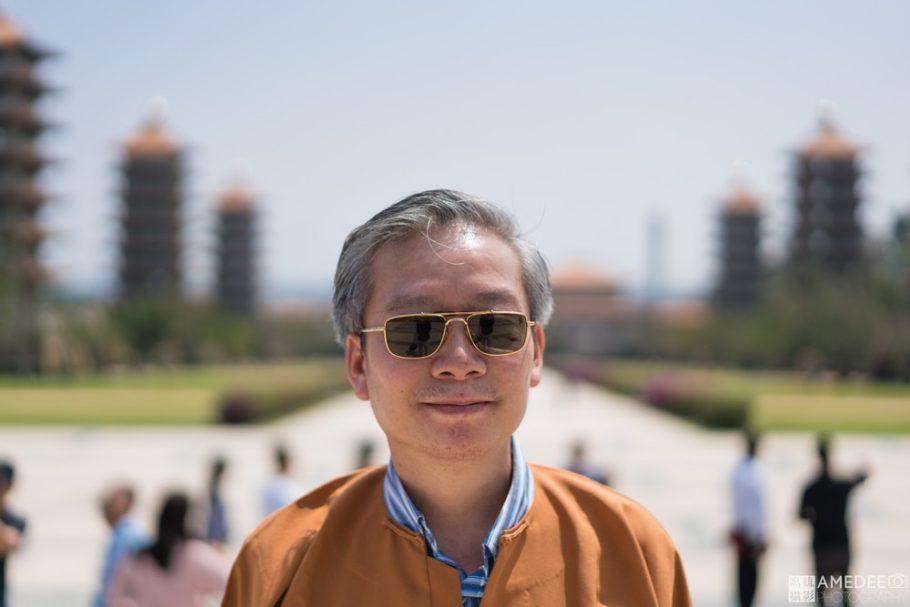 站在佛陀紀念館前合影