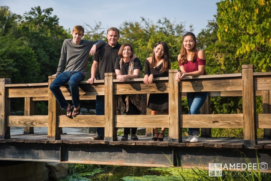 全家人站在橋上拍攝
