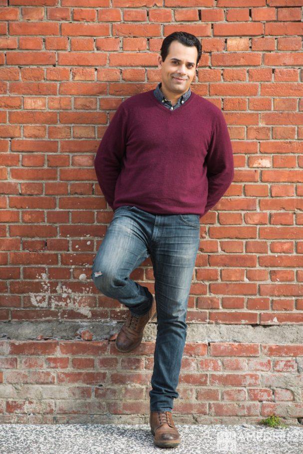 在紅磚牆前拍攝