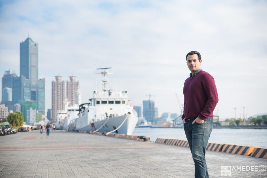 Matt站在港口前