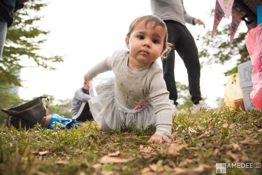 小朋友在草地上爬