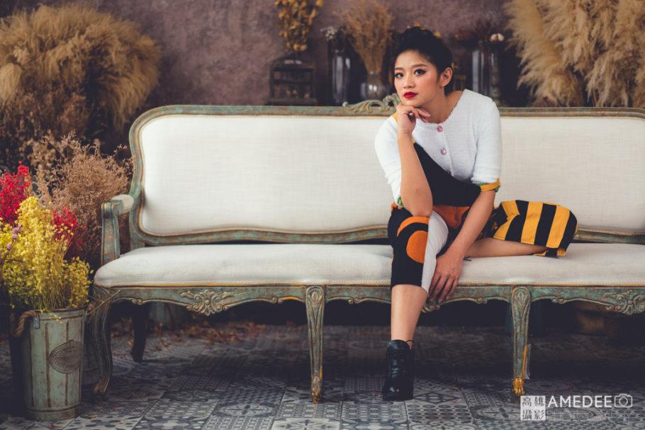 服裝模特兒坐在椅子上擺拍