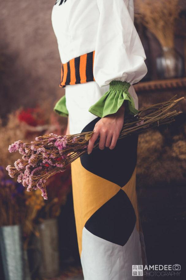 服裝模特兒拿著花擺拍
