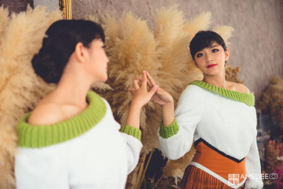 服裝模特兒看著鏡子擺拍