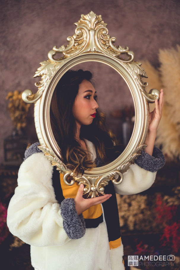 服裝模特兒拿著鏡框擺拍