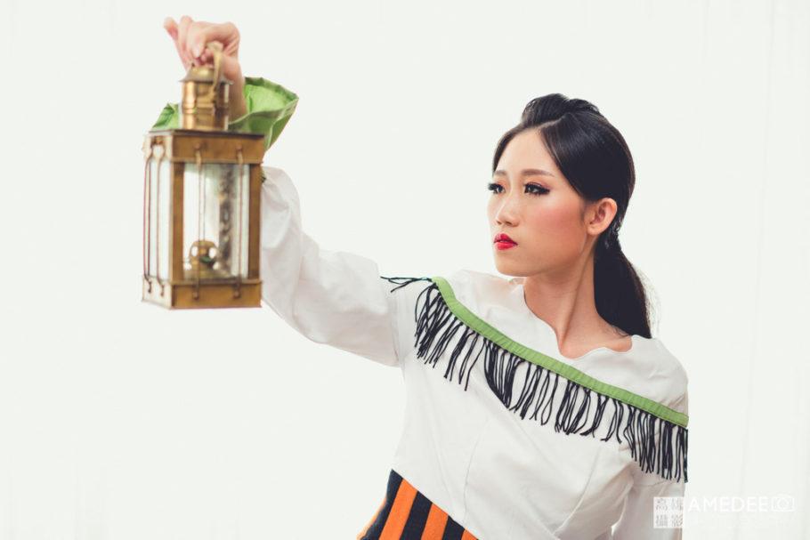 服裝模特兒拿著燈具擺拍