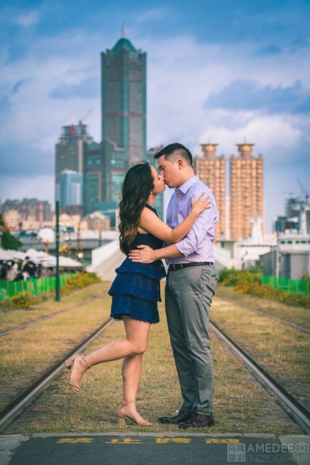 情侶在駁二藝術特區輕軌前接吻藝術照