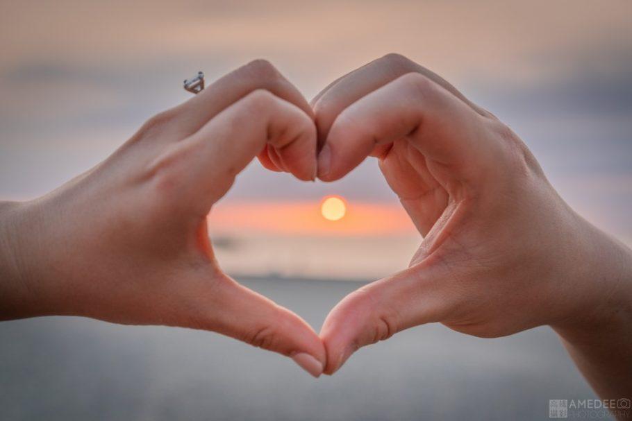 情侶手筆愛心在西子灣藝術照