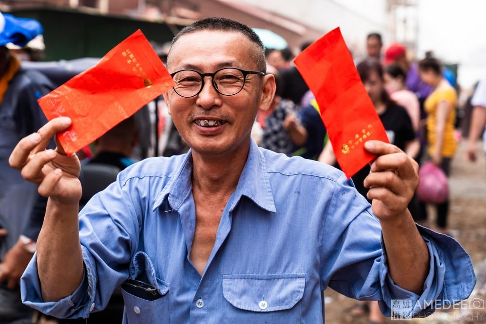 民眾拿著紅包在三陽造船廠新船下水典禮