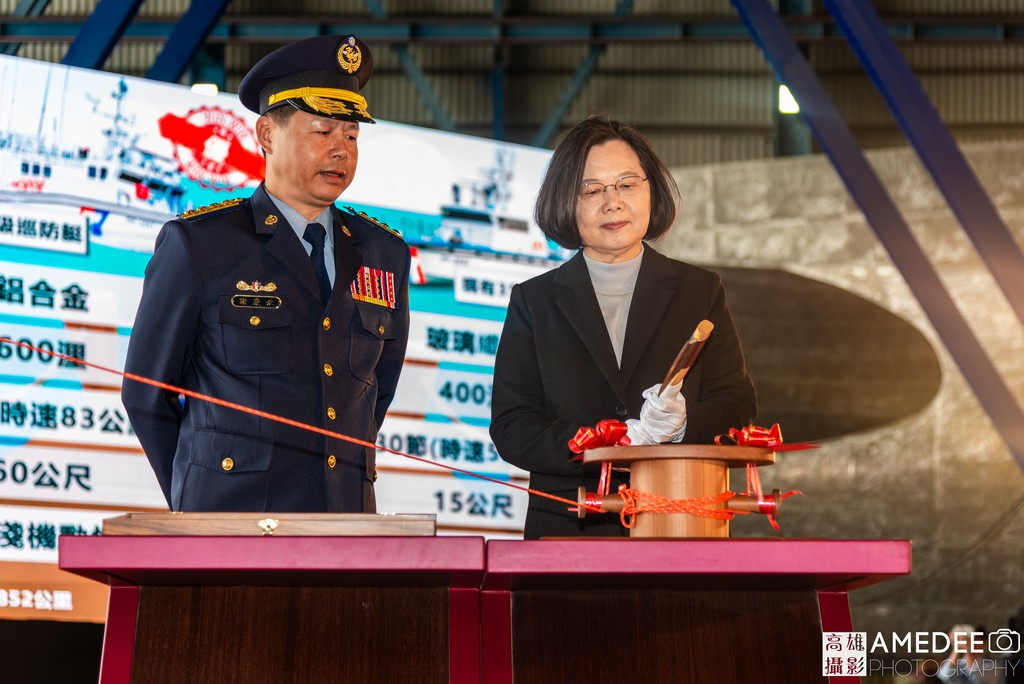 總統蔡英文在高雄中信造船交船聯合典禮切線擲瓶