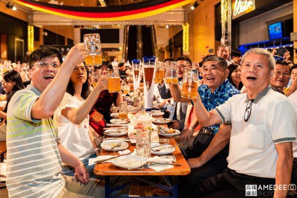 高雄展覽館德國啤酒節晚宴大家一起乾杯