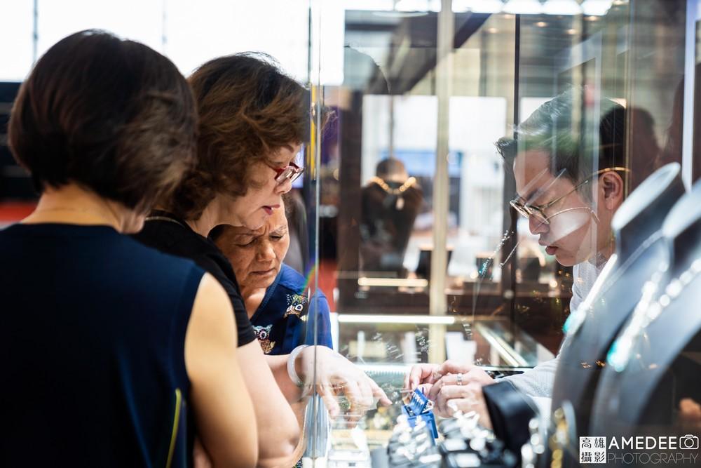 高雄展覽館頂級生活展民眾看珠寶