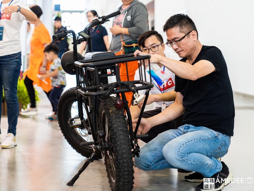 高雄展覽館頂級生活展民眾觀看腳踏車