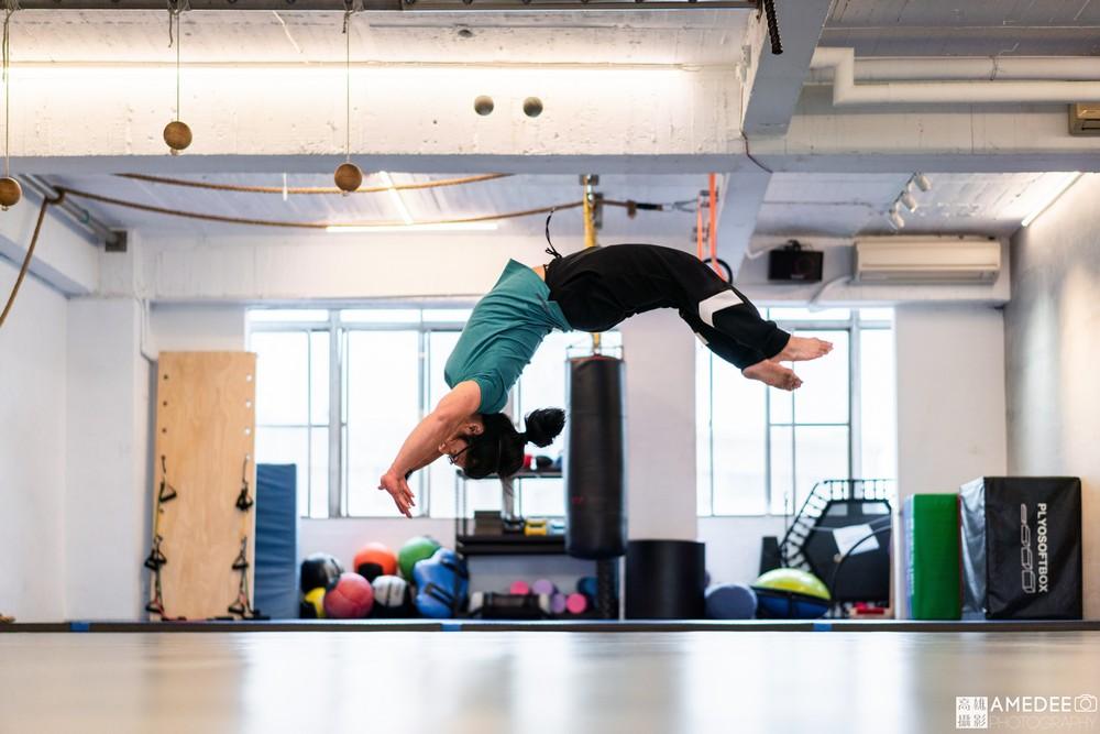 諧動空間運動形象空間健身老師後空翻形象照