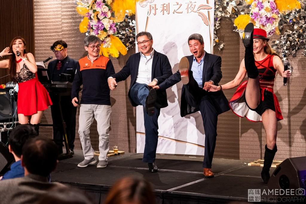 主持人帶員工貴賓在台北W Hotel一起在舞台上唱跳