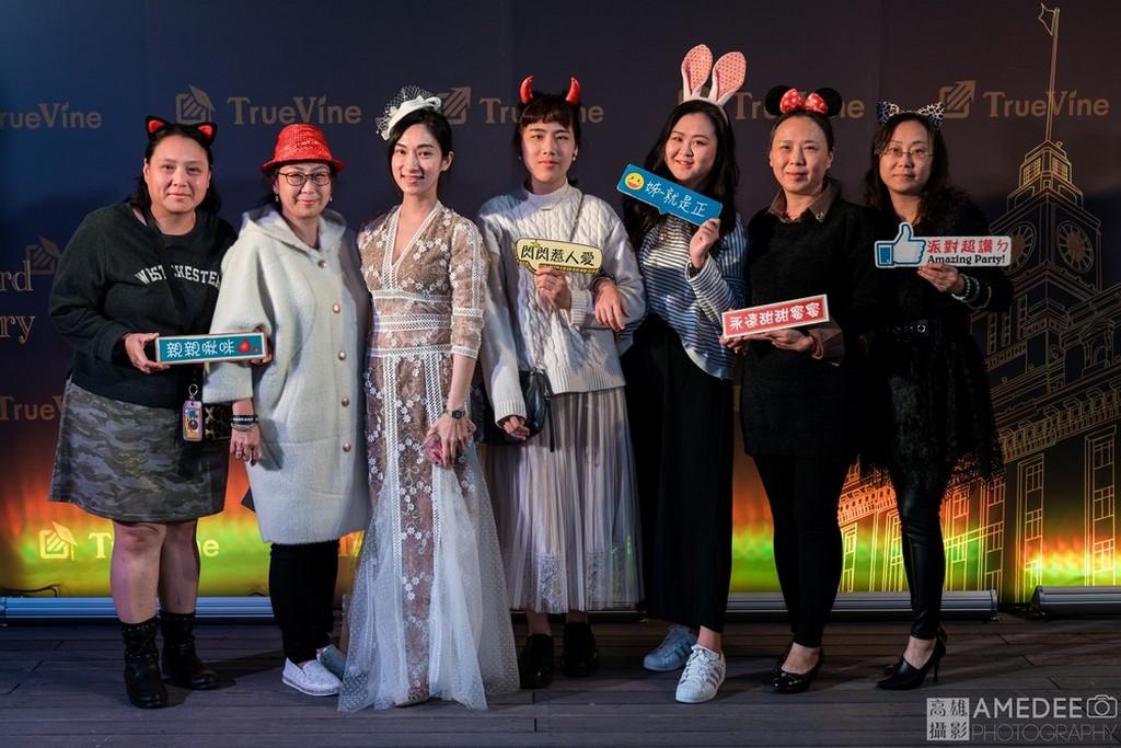 明暘國際貴賓與員工在台北寒軒飯店背板前拍照