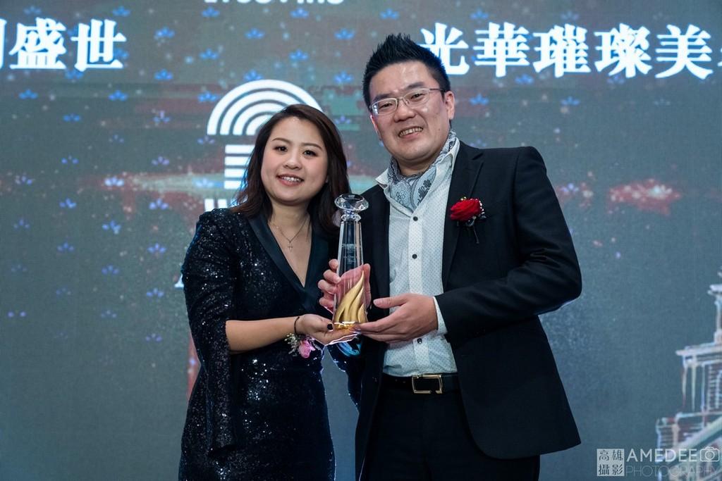 明暘國際董事長在台北萬豪酒店致贈獎盃給銷售冠軍