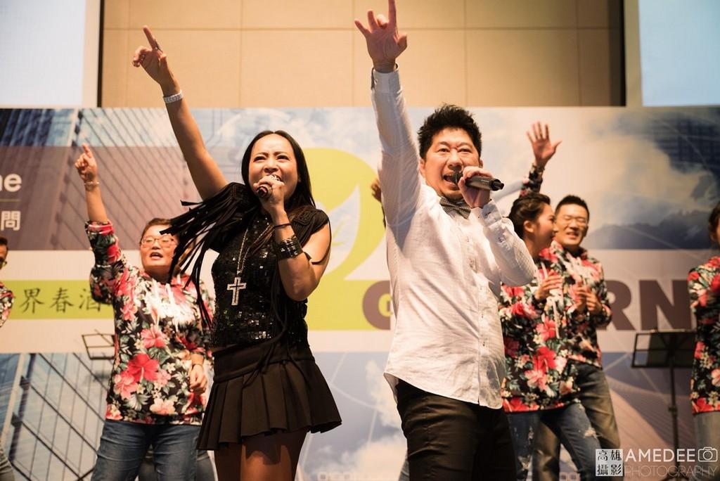 樂團在台北東方文華酒店春酒晚宴上唱跳表演 台北尾牙