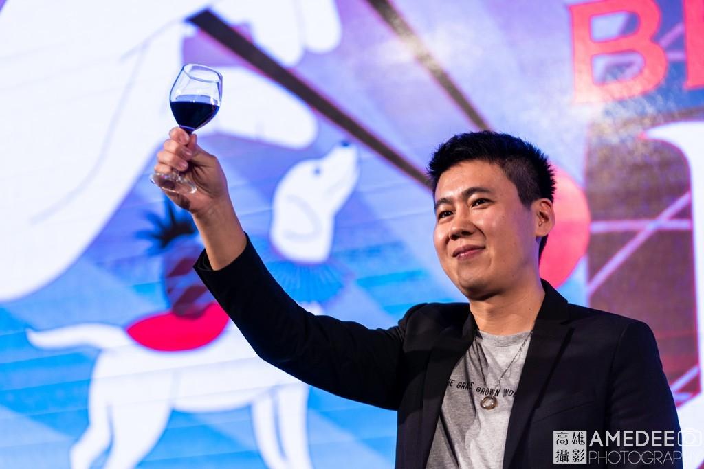 黑浮董事長在高雄林皇宮舉杯向大家敬酒