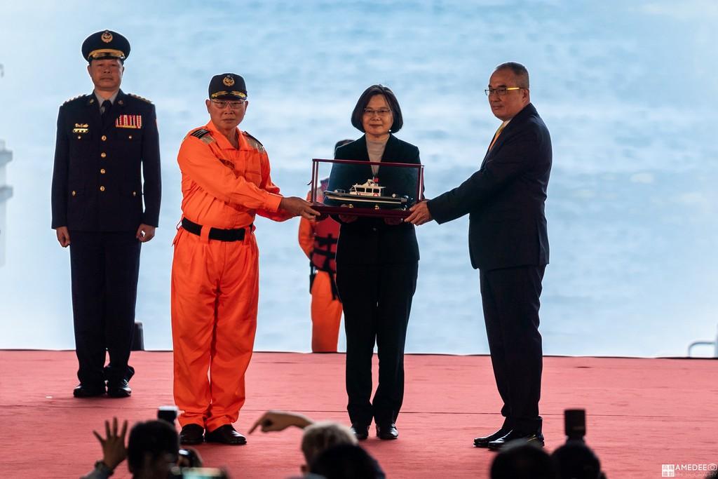 高雄中信造船交船聯合典禮致贈船模給總統蔡英文