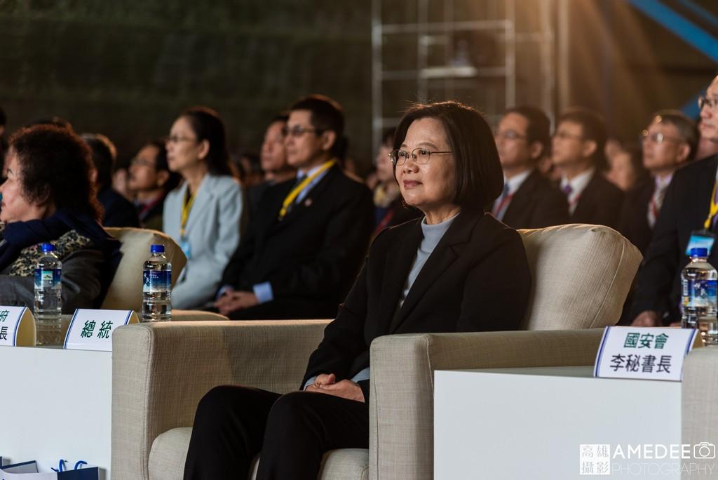 總統蔡英文在高雄中信造船交船聯合典禮聆聽簡報