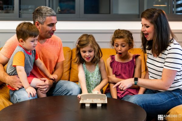 外國兒童模特玩木製玩具情境照