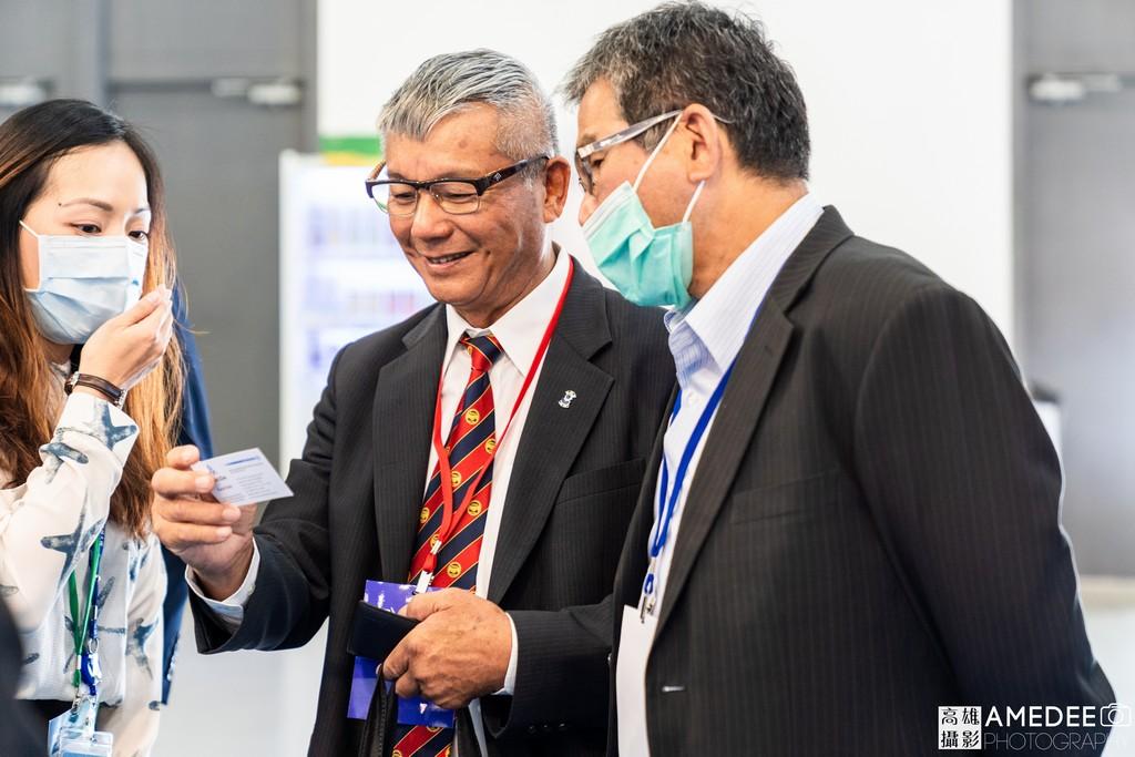 亞太國際風力發電展在高雄展覽館來賓與展商交換名片