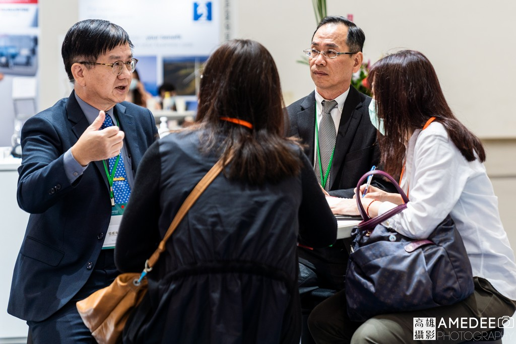 亞太國際風力發電展在高雄展覽館外國客戶與展商互動