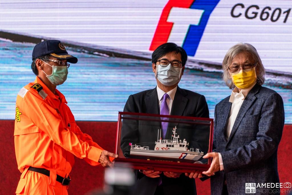 行政院副院長陳其邁、中信造船董事長韓碧祥致贈船模