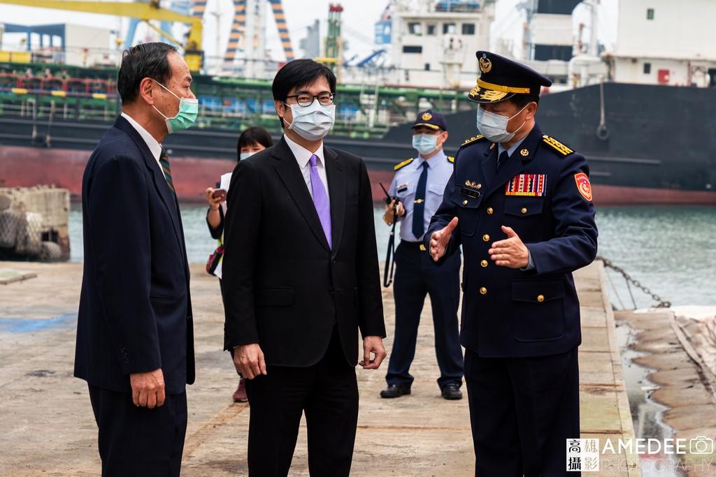 行政院副院長陳其邁聆聽介紹講解在中信造船交船典禮