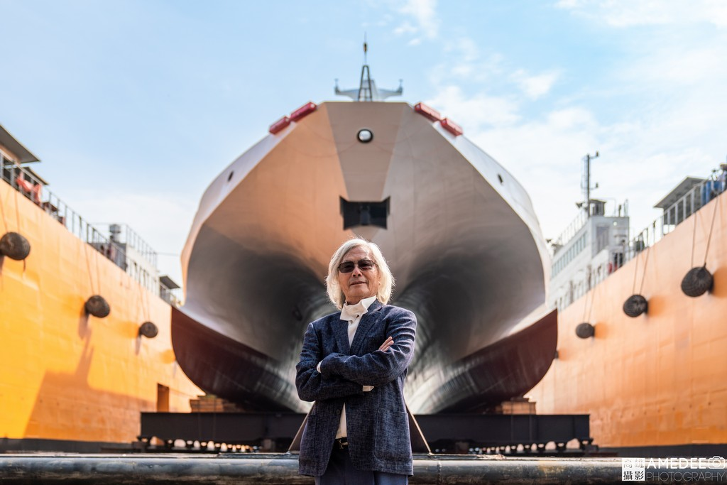 中信造船董事長韓碧祥在海巡艦前合影